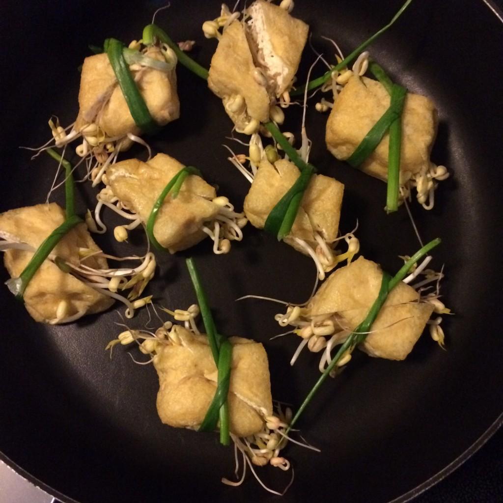 Mit selbst gezogenen Bohnensprossen gefüllten Tofu für die Vorspeise
